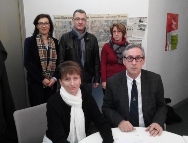 Madame Magalie Bonfils, directrice de l'agence Adecco et Monsieur Philippe Tréfelle chef d'établissement support du Greta du Velay signant la convention dans les locaux de l'agence du Puy en Velay